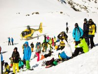 Helicoptero朋友在滑雪胜地