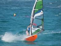 Sobre las olas en tabla de windsurf