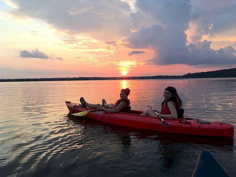 Vous pouvez faire du canoë pendant la journée, au crépuscule ou la nuit