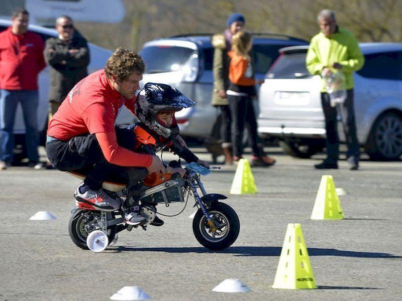 你的孩子将来可以成为一名出色的驾驶员!你已经很久没有开过摩托车了吗? 重新开始!