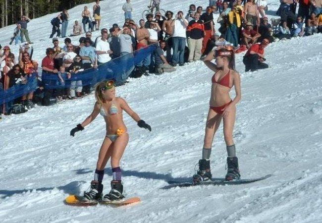 Unas chicas haciendo snowboard