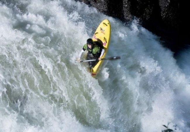 Descenso de aguas bravas en kayak