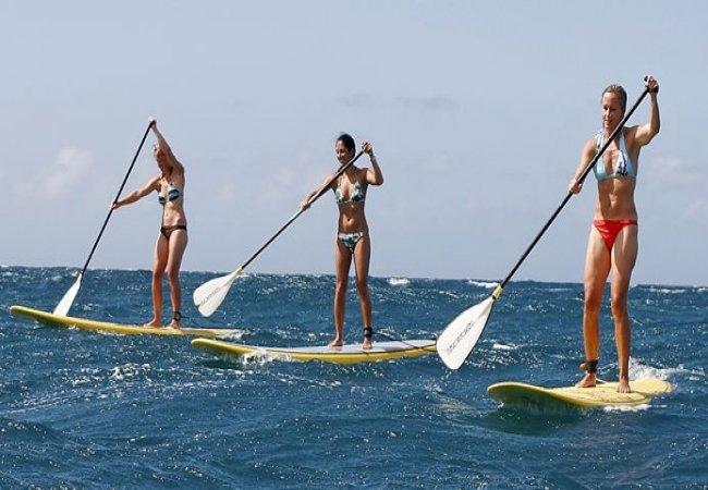 Mujeres practicando paddle surf